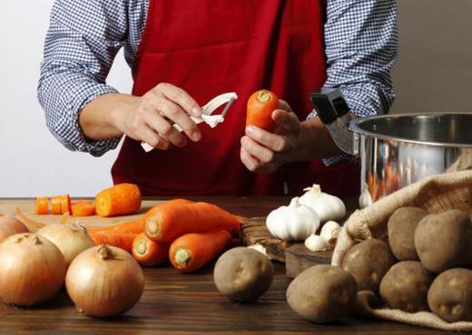 Γιατί χρειάζεστε έναν αποφλοιωτή στην κουζίνα σας;