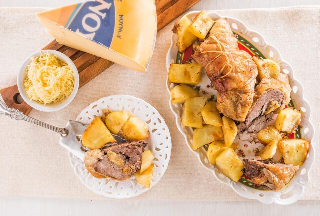 Ρολό αρνιού γεμιστό με τυριά και αρωματικά μαζί με πατάτες φούρνου