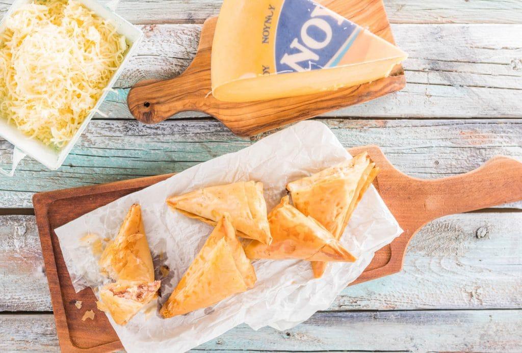 Τριγωνάκια με λουκάνικο χωριάτικο και τυριά